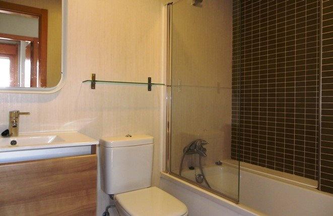 Modernes Badezimmer mit Wanne, Dusche, Bidet und WC