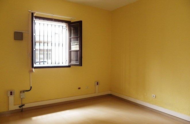 Geräumiges Schlafzimmer oder Büro mit Außenfenster