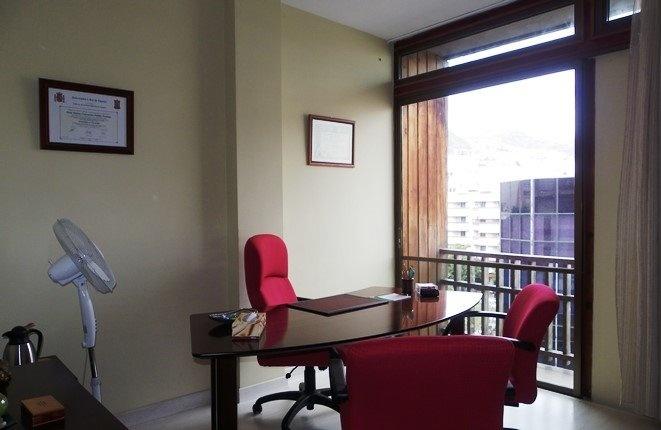 Wohnzimmer oder Büro in begehrter Lage und mit Balkon