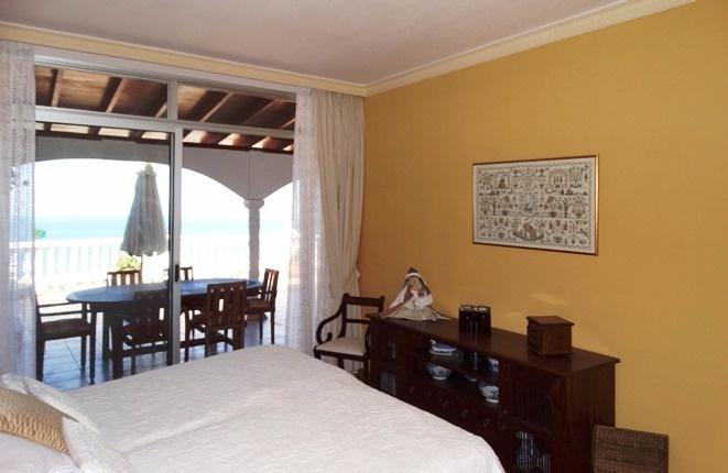Eine weitere Ansicht des exklusiven Schlafzimmers mit vorgelagerten Terrassen