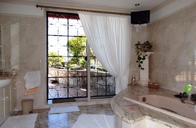 Auch das Badezimmer hat direkten Zugang zu den Terrassen