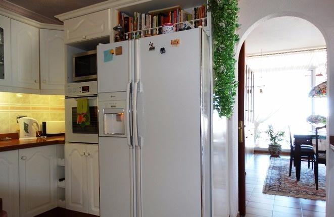 Rundbogen als Durchgang zum Salon, neben dem Kühlschrank mit Eismaschine