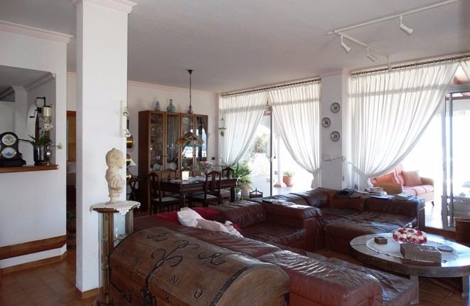 Das großzügig geschnittene Wohnzimmer mit breiten Terrassentüren