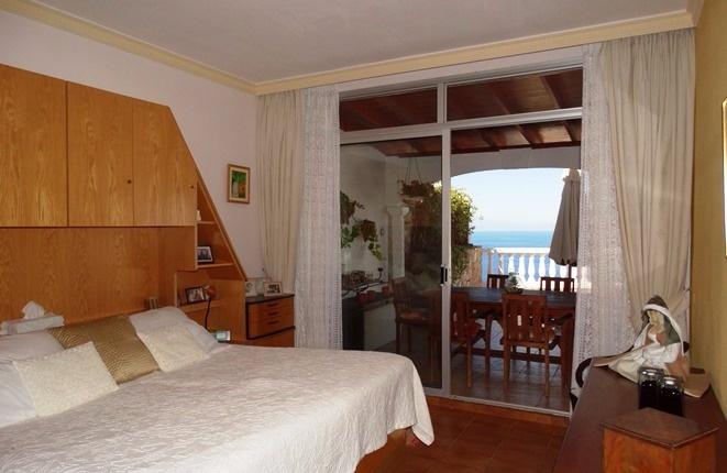 Schlafzimmer mit Frühstücksterrasse und Meer