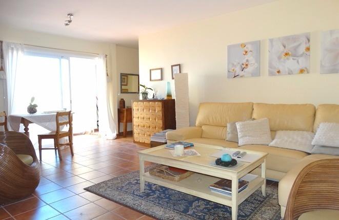 Das helle Wohnzimmer mit großer Sofakombination