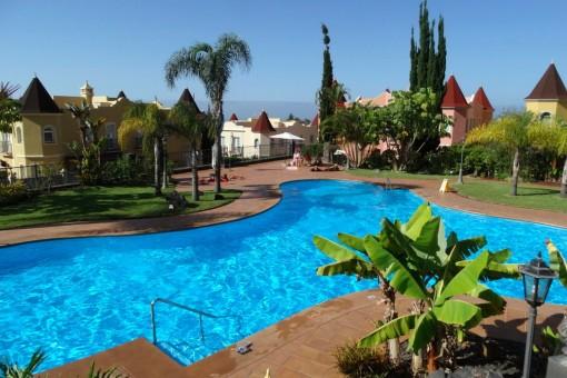 Schöne Wohnung mit zwei Schlafzimmern, großem Gemeinschaftsgarten mit Schwimmbad, zwei PKW-Stellplätzen und riesiger Terrasse