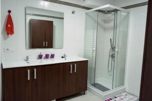 Badezimmer mit Dusche und Doppelwaschbecken