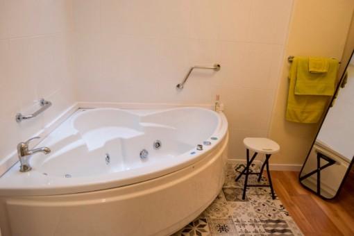 Das zweite Badezimmer mit Jacuzzi