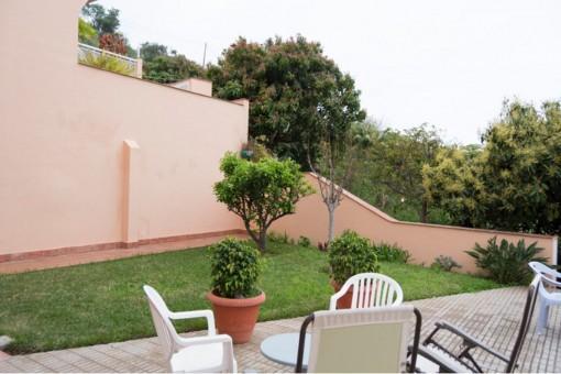 Großzügig geschnittene Terrasse mit Gartenmöbeln