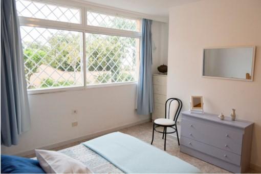 Alternative Ansicht des hellen Schlafzimmers