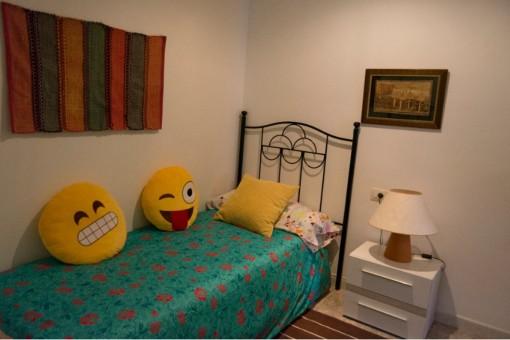 Gemütliches Schlafzimmer mit Einzelbett