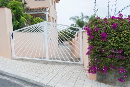 Einladender und bepflanzter Eingangsbereich