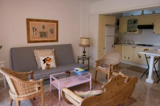 Rustikaler Wohnbereich mit angrenzender Küche