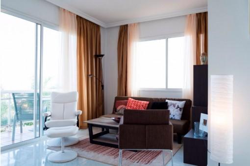 Heller Wohnbereich mit direktem Terrassenzugang
