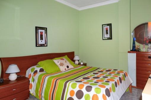 Hauptschlafzimmer mit großem Doppelbett