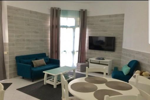 Elegant gestaltetes Wohnzimmer mit viel Licht