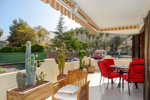 Großzügig geschnittene Terrasse mit Essbereich im Freien