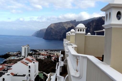Dachgeschosswohnung mit riesiger Dachterrasse und Blick auf die Insel La Gomera sowie die Los Gigantes Klippen
