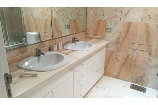 Badezimmer mit Marmorböden