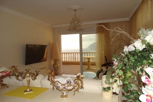 Wohnzimmer mit großem TV und herrlichem Ausblick