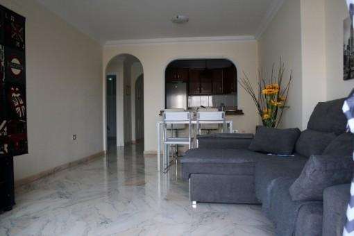 Wohnzimmer mit TV und Marmorböden