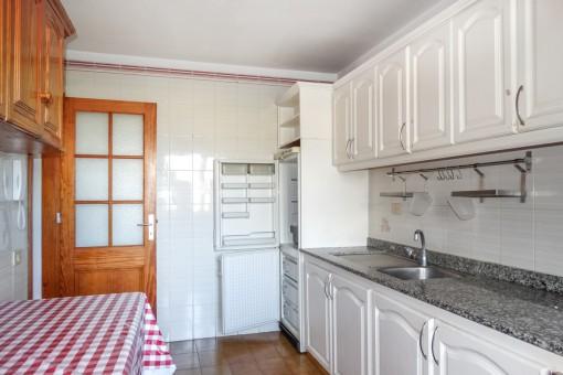 Große Küche mit Esstisch