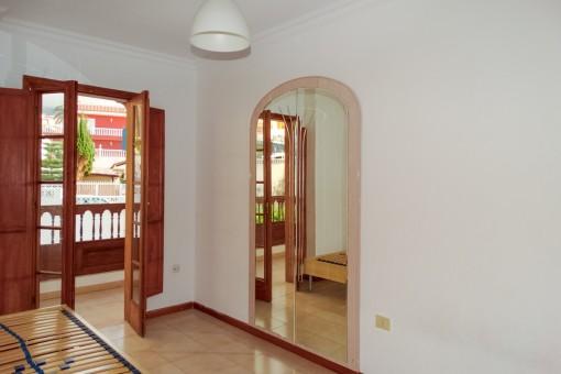 Eins von den Schlafzimmern mit Zugang zum Balkon