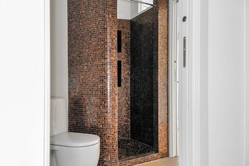Modernes Badezimmer mit Dusche aus Stein
