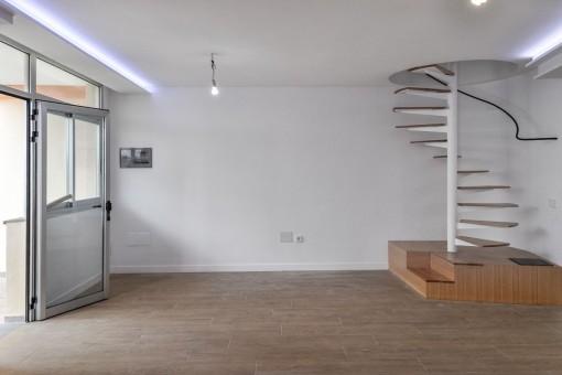 Geräumiger Wohnbereich mit Wendeltreppe