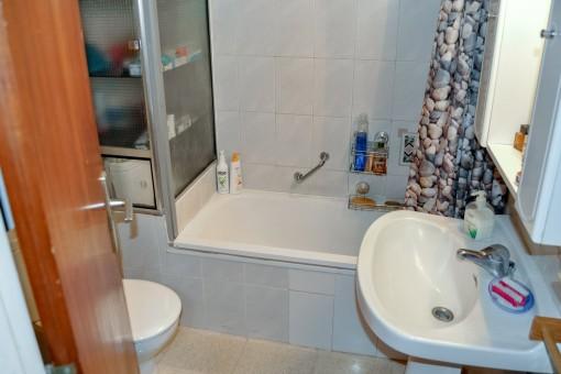 Einfaches Badezimmer mit Badewanne