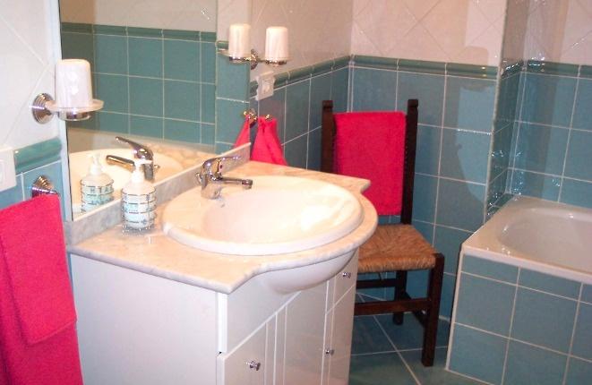 Das Waschbecken des Badezimmers