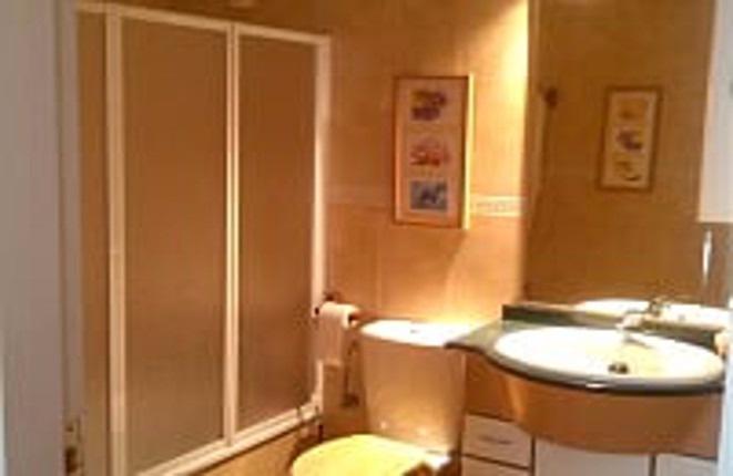 Das erste Badezimmer der Wohnung