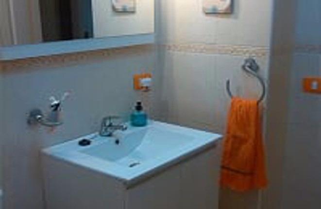 Das Waschbecken in einem der Badezimmer