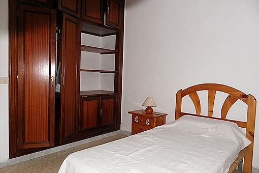 Ein weiteres Schlafzimmer mit schönem Einbauschrank