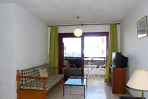 Vorderer Teil des Wohnzimmers mit Terrasse und Meerblick