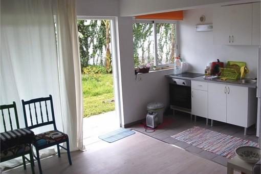Küche und Terrassentür in den Garten