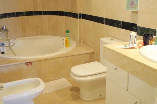 Eines der Badezimmer mit einer schönen runden Badewanne
