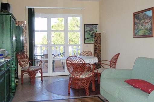 Gemütliches Wohnzimmer mit Essbereich und Zugang zur Terrasse