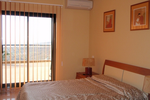 Eines der Schlafzimmer mit Zugang zur Terrasse