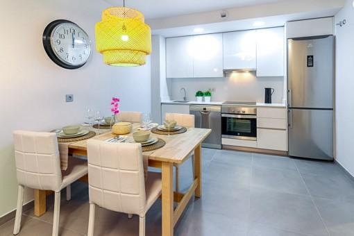 Herrlicher Essbereich und voll ausgestattete Küche