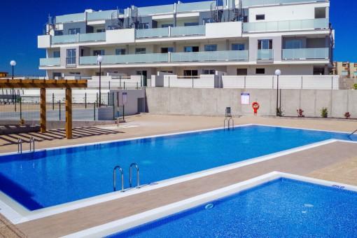 Großzügiger Poolbereich mit 2 Pools