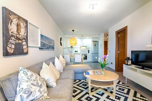 Gemütlicher Wohnbereich mit einem Sofa