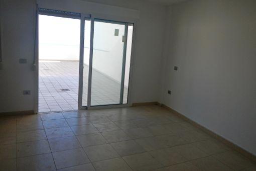 Großzügiges und helles Wohnzimmer mit direktem Zugang zur Terrasse