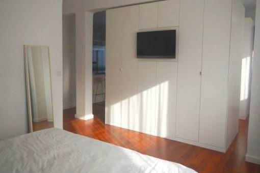 Schlafzimmer mit großen Schränken und Fenster
