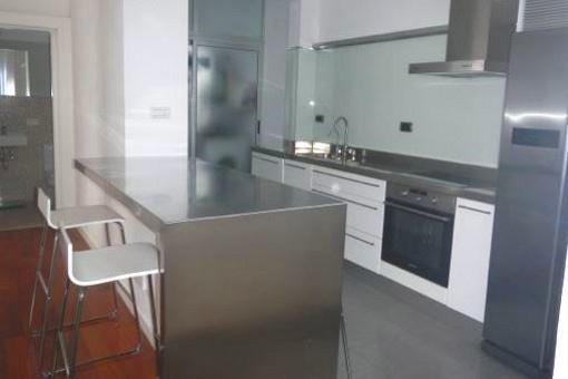 Moderne offene Küche mit anliegender Waschküche