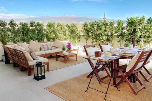 Moderne Terrasse mit Loungebereich und Garten
