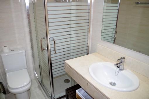 Helles Badezimmer mit Dusche