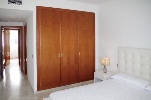 Großes Hauptschlafzimmer mit Einbauschrank
