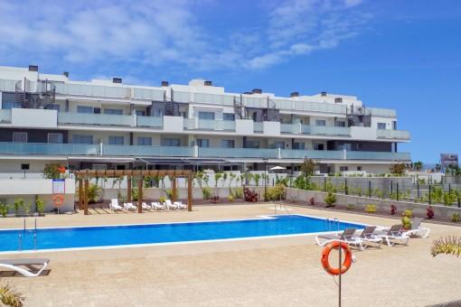 Neuwertige Wohnung mit beheitztem Pool und Tiefgarage direkt am La Tejita Strand
