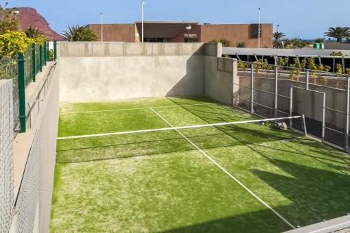 Der Komplex verfügt über einen Tennisplatz